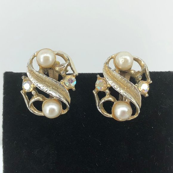 Jewelry - Vintage Gold Tone and Faux Pearl Clip Earrings